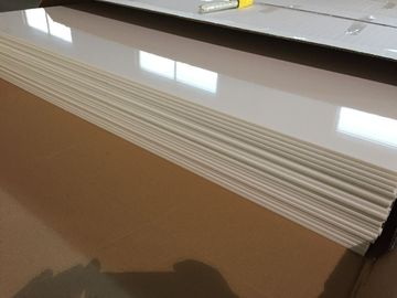 China Elfenbein deckt das weiße PVC-Deckenverkleidungs-glatte Öl, das Plastikdecke schützt, 603mm x 1210mm mit Ziegeln distributeur